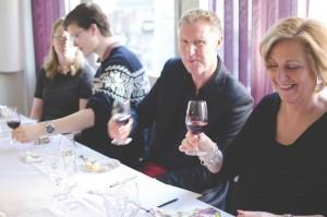 Vinprovning med glada deltagare