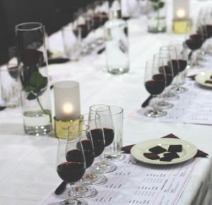 En choklad och vinprovning i hemmet med fint uppdukat bord och provningsprotokoll
