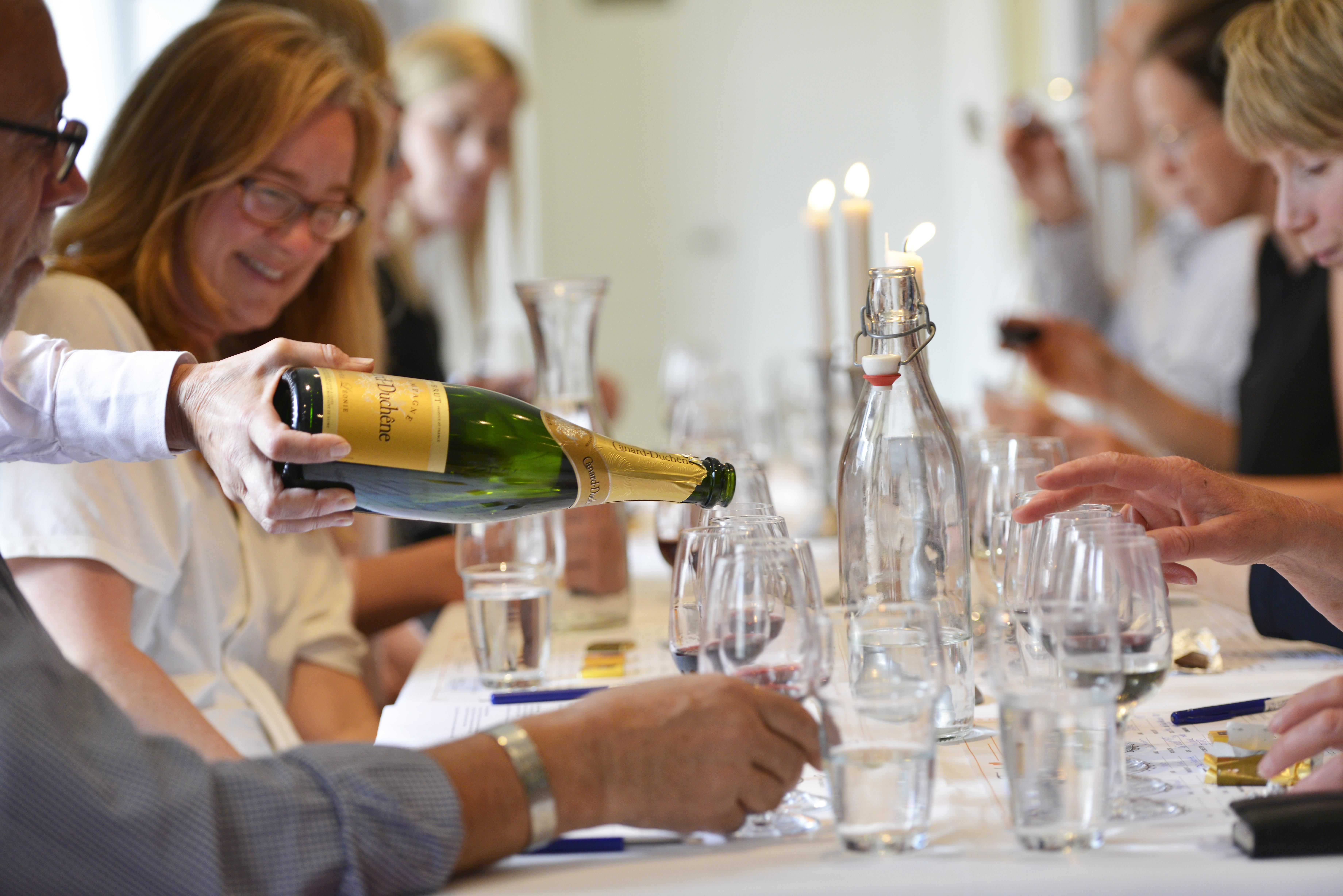 Choklad och Vinprovning Stockholm med glada deltagare och mysig stämning