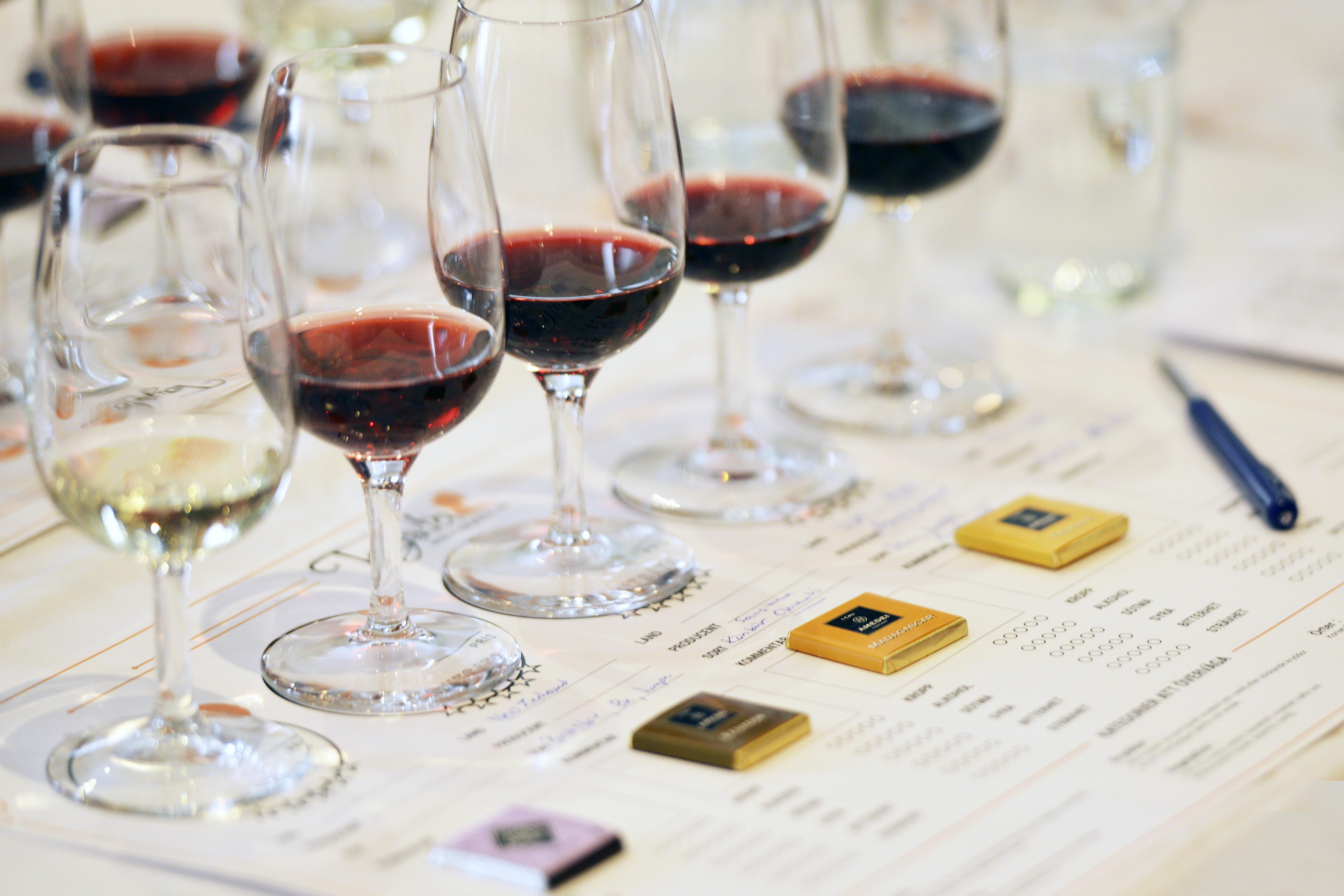 Choklad och Vinprovning i Örebro med fem olika viner och chokladsorter