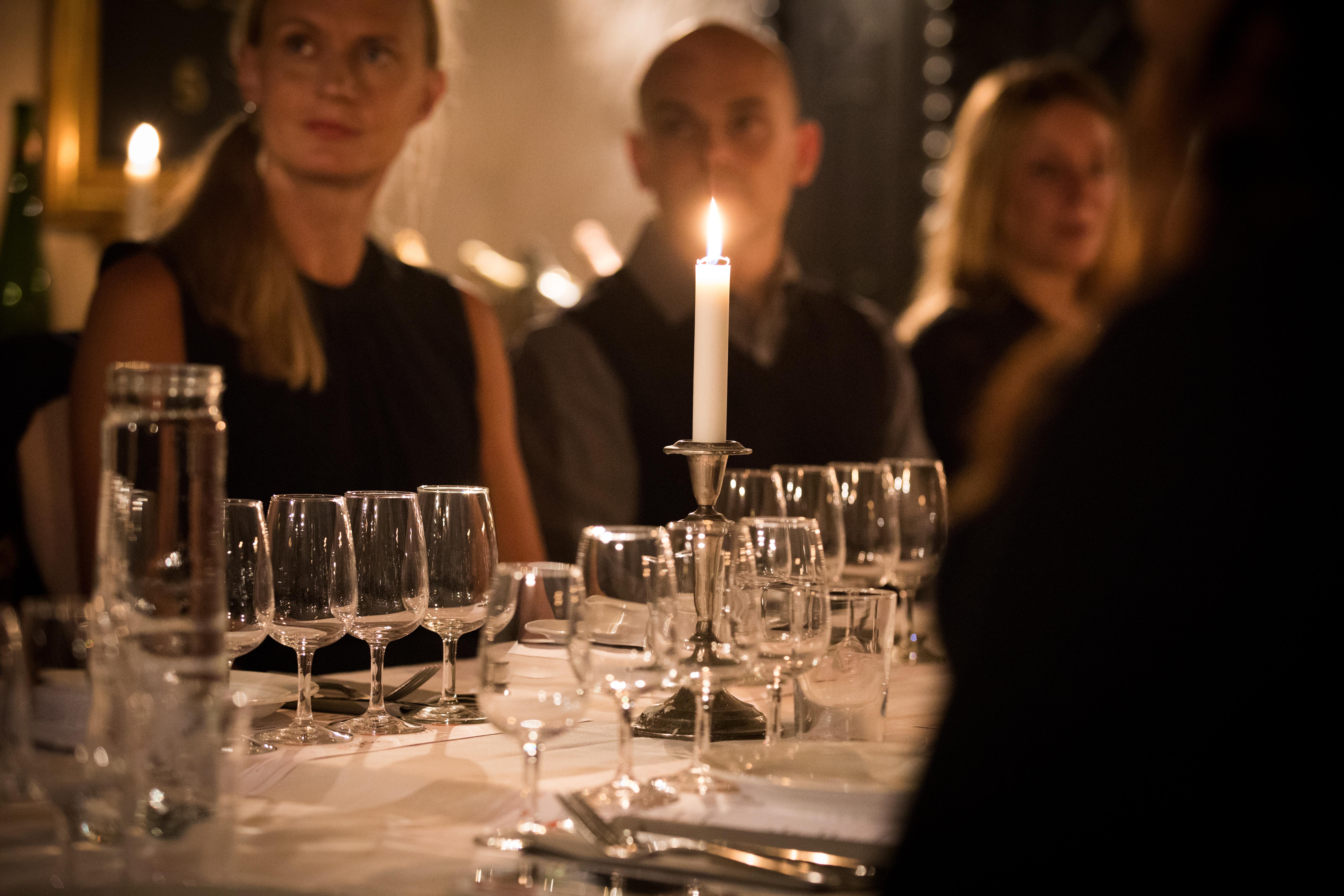 Företagsprovning i stockholm i en mysig vinkällare