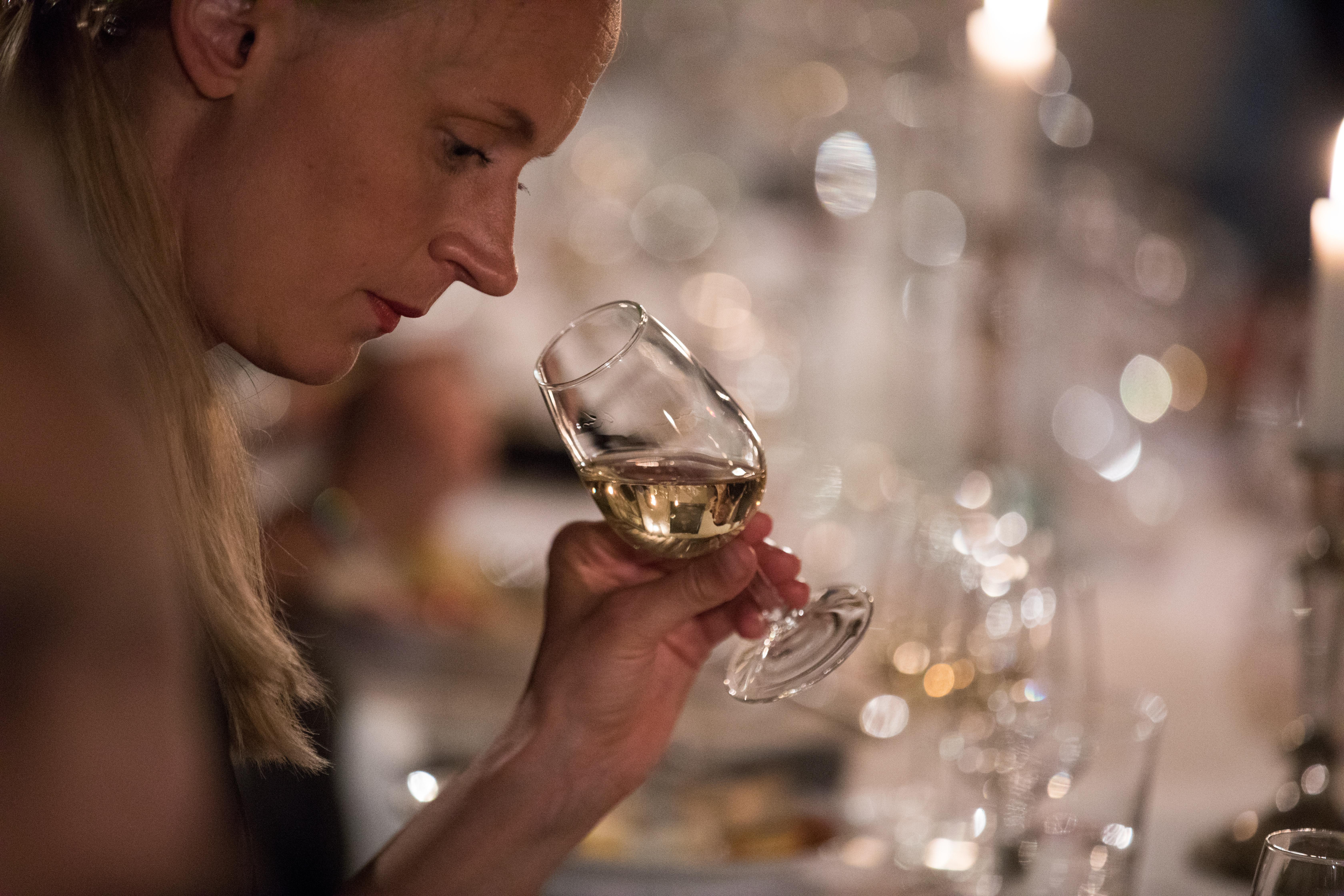 Champagneprovning Örebro med en provningsdeltagare som doftar på champagne