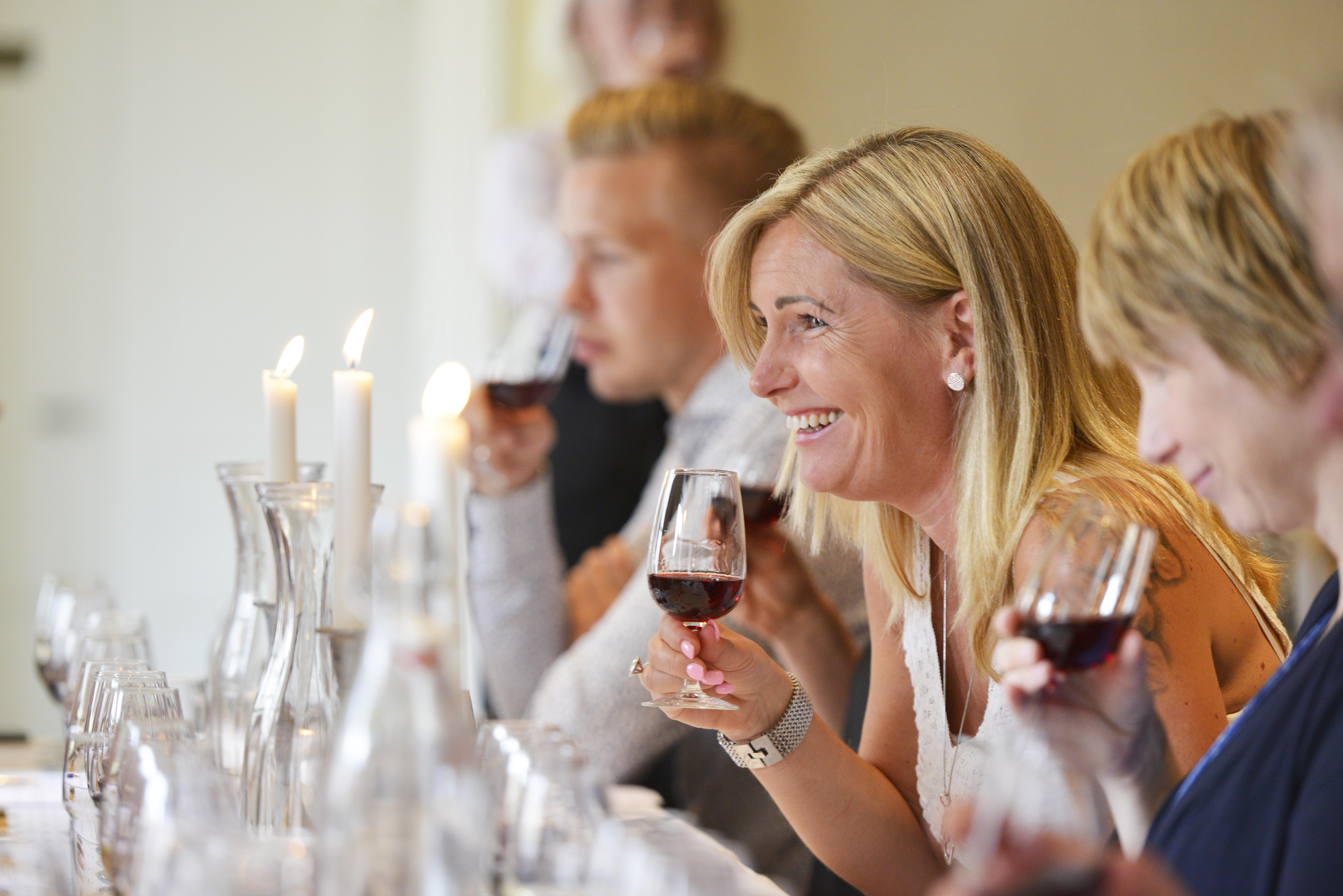 Choklad och vinprovning i Uppsala med en deltagare som dricker rött vin