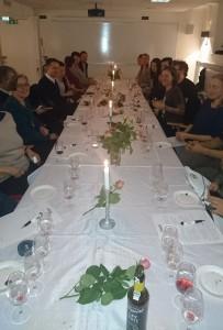 20 glada gäster längs ett mysigt långbord