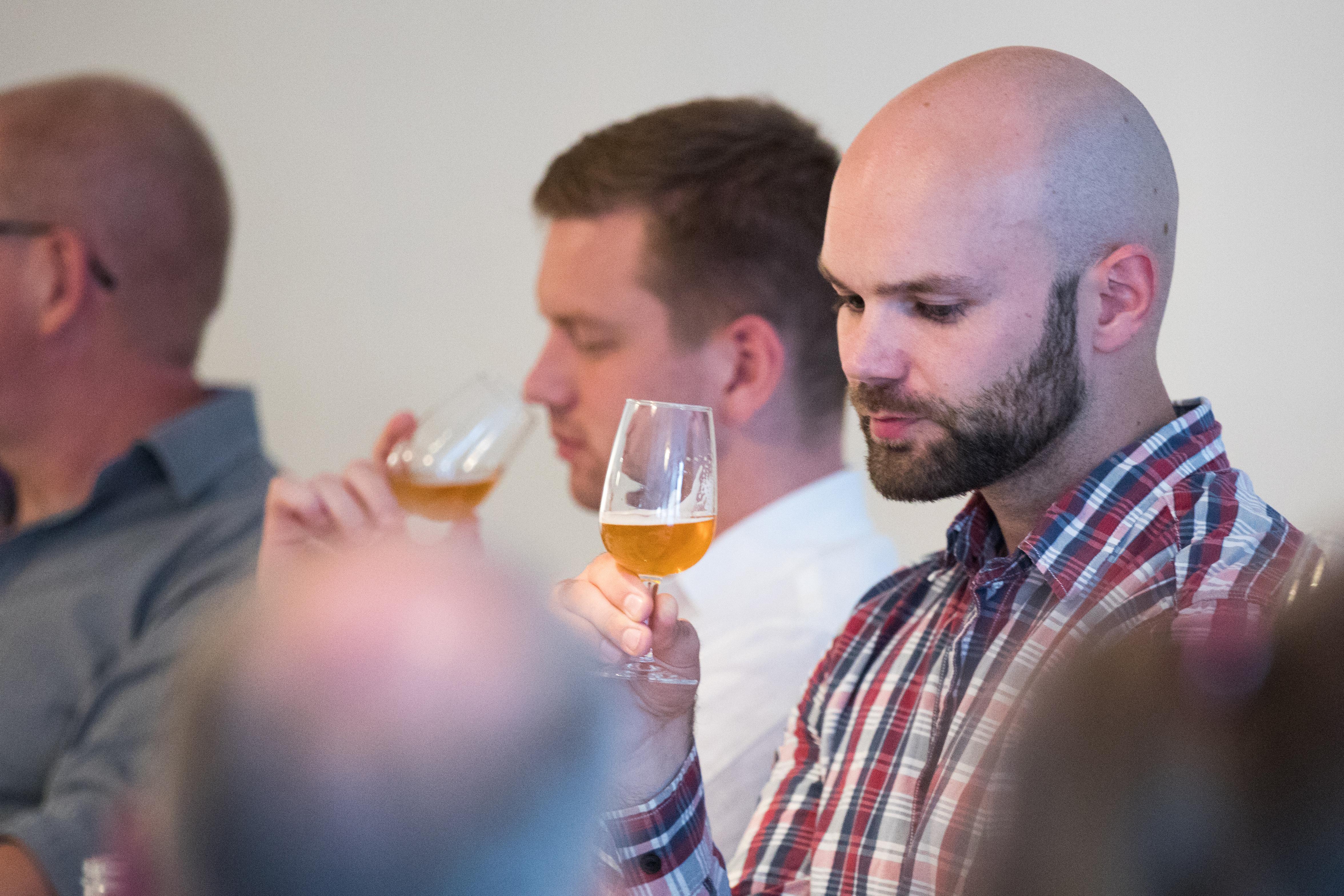 Ölprovning nybörjare med två unga män som provar god öl